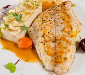 דג אפוי ברוטב צילום: שאטרסטוק